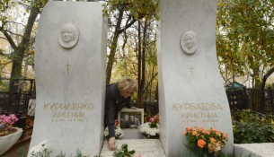 TO GO WITH AFP STORY BY VICTORIA LOGINOVA Natalia Kurbatova, whose 13-year-old daughter Kristina was killed during Nord-Ost hostage crisis, lays flowers at her grave (R) on October 19, 2012 at the Vagankovskoye cemetery in Moscow. A decade after Chechen militants seized a Moscow theater in a hostage crisis in which 130 died, victims' families are still seeking answers about the use of a deadly gas to end the siege. A total of 912 people, many of them children, were held hostage in the Dubrovka theatre for three days after coming to watch Nord Ost, a popular musical, on October 23, 2002.                  AFP PHOTO / KIRILL KUDRYAVTSEV