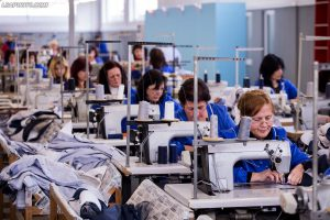 "Punetore te nje fabrike fasonesh te kompanise ""Felix"", ne qytetin e Shkodres./r/n/r/nWorkers, of a factory on apparel company ""Felix"", in Shkodra."