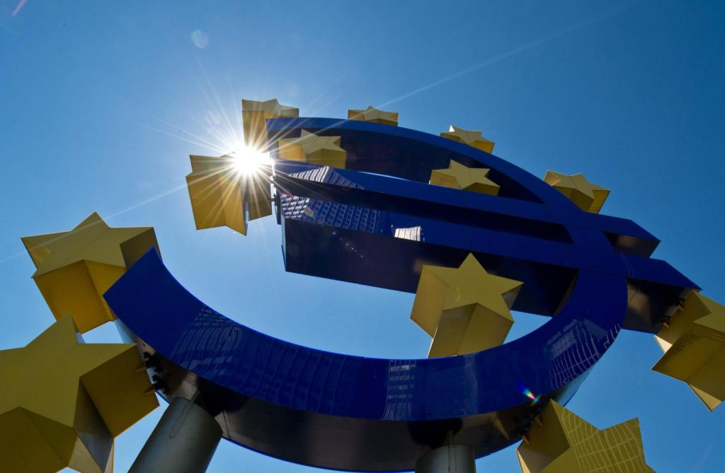 The sun shines behind the euro sign outside of the European Central Bank (ECB) in Frankfurt Main,??Germany, 01 August 2013. ANSA/BORIS??ROESSLER