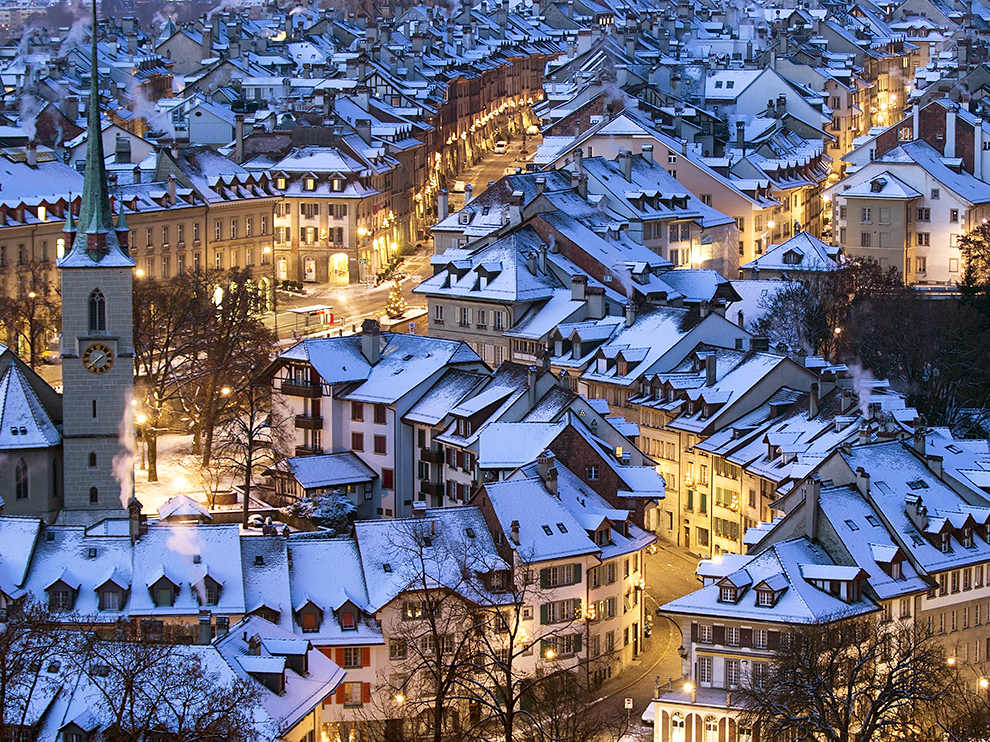 epaselect epa04542318 Snow covers the roofs of houses in the city of Bern, Switzerland, 29 December 2014.  EPA/PETER KLAUNZER ONE TIME USE ONLY.